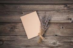 Document blad en droge lavendel op oude houten achtergrond Stock Foto's
