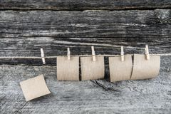 Document bladen die op een kabel in bijlage met klemmen hangen stock foto's