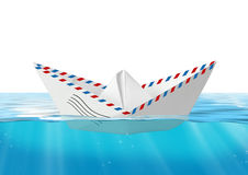 Document boot van postenvelop wordt gemaakt die op zee, postconcept drijven dat Stock Foto's