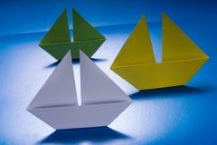 Document Boten die op Blauwe document overzees varen. Origamischip Royalty-vrije Stock Afbeeldingen