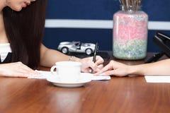 Document d'application pour l'entrevue d'emploi, dans la pièce offic moderne Photo libre de droits