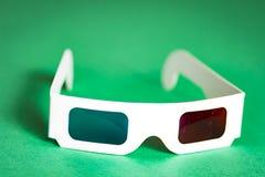 Document 3d glazen op een groene achtergrond de film in 3d Bioskooptoebehoren Royalty-vrije Stock Afbeelding