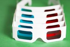 Document 3d glazen in rij op groene achtergrond Het letten van de op film in het bioskoopconcept De film is in 3D Stock Afbeelding