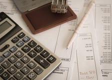 Document de bureau avec le tampon en caoutchouc, le stylo et la calculatrice Photos stock