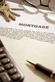 Document de contrat de prêt hypothécaire sur le bureau de prêteur Image stock