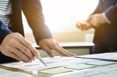 Document de données d'analyse d'associé de cadres commerciaux avec le comptable sur le lieu de travail photos stock