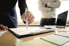 Document de données d'analyse d'associé de cadres commerciaux avec le comptable sur le lieu de travail images libres de droits