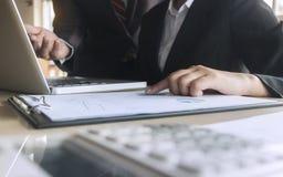 Document de données d'analyse de cadres commerciaux avec le comptable sur le lieu de travail photographie stock