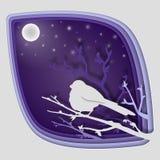 Document de kunst snijdt aan vogel op boomtak in bos bij nacht, de aard van het origamiconcept en dierenidee, vectorkunst en Royalty-vrije Stock Foto's