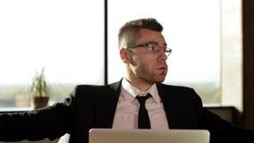 Document de lancement d'homme d'affaires tout en se reposant à votre bureau dans le bureau banque de vidéos