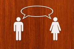 Document de man en de vrouw spreken Relatieconcept Abstracte conceptueel Royalty-vrije Stock Foto's