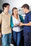 Document de Taking Sign On de mécanicien des couples heureux Photo libre de droits