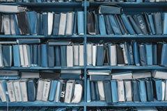 Document documenten die in archief worden gestapeld stock foto