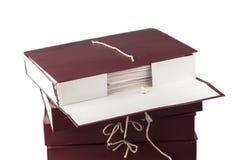 Document documenten die in archief worden gestapeld dat op wit wordt geïsoleerd stock afbeeldingen