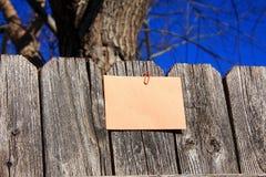 Document en paperclip op de omheining stock afbeelding