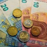 Document euro bankbiljetten en muntstukken Muntstukken één, twee euro De muntstukken twen Royalty-vrije Stock Foto
