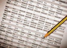 Document financier avec le crayon Photo stock
