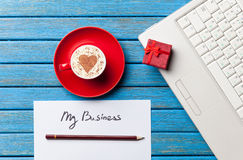 Document, gift, koffie en laptop die op de lijst liggen stock fotografie