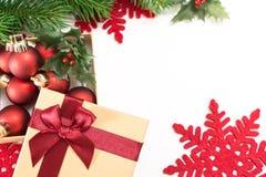 Document giftvakje met een rode boog en Kerstmisballen, op witte achtergrond Stock Afbeeldingen
