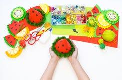 Document GLB diy voor fruitpartij Watermeloenverjaardag De handen van kinderen maken ambachten stock foto