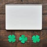 Document groene het bladgrens van de klaverklaver op donkere houten achtergrond Stock Fotografie