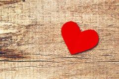 Document hart op houten achtergrond stock afbeeldingen
