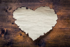 Document harten op een houten raad Valentijnskaartendag, Huwelijksdag Leeg hart, vrije ruimte voor uw liefdetekst Stock Foto's