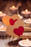 Document harten op wasknijpers en brandende kaarsen op houten tabl Royalty-vrije Stock Fotografie