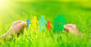 Document huis en familie in handen Royalty-vrije Stock Afbeelding