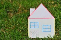 Document huis in het gras. Stock Fotografie