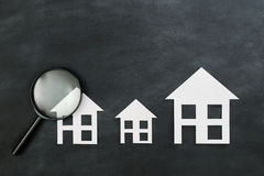 Document huis het model voorstellen op zwart bord royalty-vrije stock afbeelding