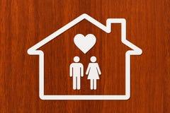 Document huis met binnen de mens, vrouw en hart Royalty-vrije Stock Fotografie