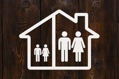 Document huis met binnen de mens, vrouw en kinderen Het concept van de familie Royalty-vrije Stock Foto's