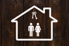 Document huis met binnen de mens, vrouw en sleutels Stock Afbeelding