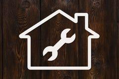 Document huis met binnen moersleutel, moersleutel Huisvesting, reparatieconcept Stock Afbeeldingen
