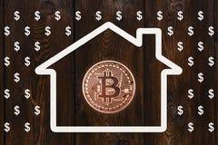 Document huis met bitcoinbinnenkant en regen van dollars Abstract concept Stock Foto