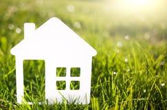 Document huis tegen op groen gras het concept van het ecohuis Royalty-vrije Stock Fotografie