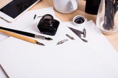 Document, inkt en kalligrafiepennen Het van letters voorzien workshopdetails Stock Afbeelding