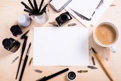 Document, inkt en kalligrafiepennen Het van letters voorzien workshopdetails Stock Foto