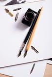 Document, inkt en kalligrafiepennen Het van letters voorzien workshopdetails Stock Fotografie