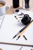 Document, inkt en kalligrafiepennen Het van letters voorzien workshopdetails Royalty-vrije Stock Foto