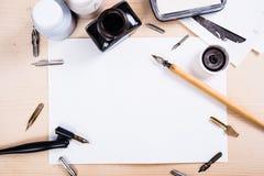 Document, inkt en kalligrafiepennen Het van letters voorzien workshopdetails Royalty-vrije Stock Foto's