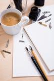 Document, inkt en kalligrafiepennen Het van letters voorzien workshopdetails Royalty-vrije Stock Fotografie