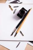 Document, inkt en kalligrafiepennen Het van letters voorzien workshopdetails Royalty-vrije Stock Afbeeldingen