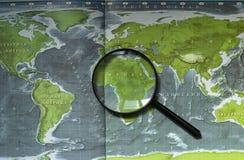 Document kaart van de aarde met continenten, overzees en oceanen, magnifi royalty-vrije stock afbeeldingen