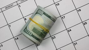 Document kalenderherinnering over het betalen van belastingen De hand zet dollars naast de woordbelastingen stock video