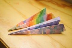 Document kleurrijke vliegtuigen op een houten lijst Royalty-vrije Stock Afbeeldingen