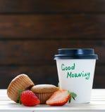 Document kop met hete koffie en een muffin Stock Fotografie