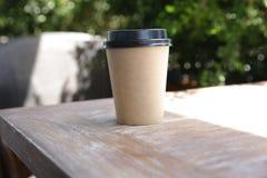 Document kop van koffie op een houten lijst Document kop voor hete dranken stock foto