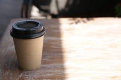 Document kop van koffie op een houten lijst Document kop voor hete dranken royalty-vrije stock fotografie